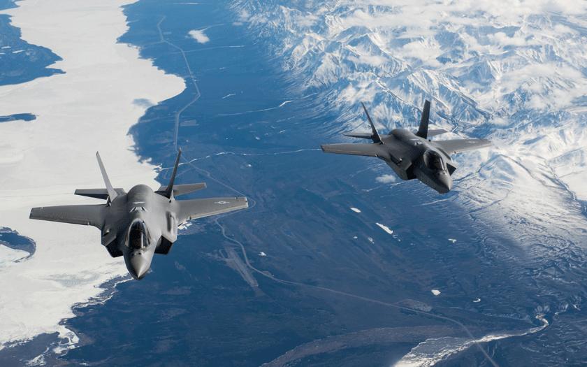 """Para F-35A ze stacjonującego w bazie Eielson AFB na Alasce dywizjonu myśliwskiego 355th FS  """"Fightin' Falcons"""" podczas lotu szkoleniowego; 21 kwietnia 2020 r."""