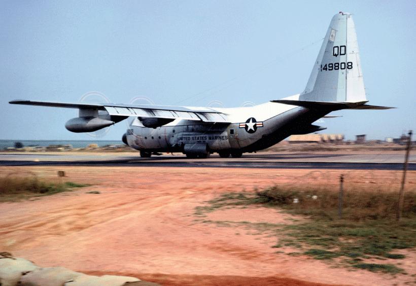 """KC-130F z dywizjonu VMGR-152 """"The Sumos"""" ląduje w bazie Dong Ha  w Południowym Wietnamie; 1 lipca 1967 r."""
