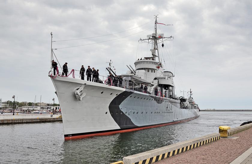 24czerwca 2021r., muzealny niszczyciel ORP Błyskawica cumuje przy Nabrzeżu Pomorskim wGdyni po zakończonej naprawie wPGZ Stoczni Wojennej.