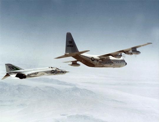 """RF-4B Phantom II zdywizjonu rozpoznawczego piechoty morskiej VMCJ-3 zbliża się do należącego do VMGR-352 """"Raiders"""" KC-130F; przełom lat 60. i 70. XX wieku."""