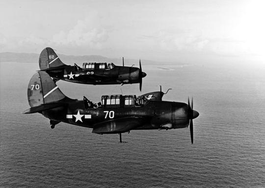 """Bombowce nurkujące SB2C Helldiver (na zdjęciu z grupy pokładowej Yorktowna) zastąpiły Dauntlessy na pokładach lotniskowców US Navy. Miały większy potencjał bojowy i były szybsze, ale trudniejsze w pilotażu, stąd ich przydomek """"Bestia""""."""