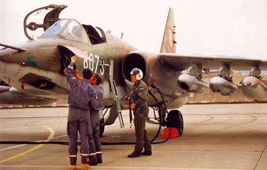 Ten sam samolot szturmowy Su-25K, jeszcze podczas służby w Siłach Powietrznych Sił Zbrojnych Republiki Słowackiej, podczas przygotowania do lotu w 33. Bazie Lotniczej Malacky-Kuchyňa.
