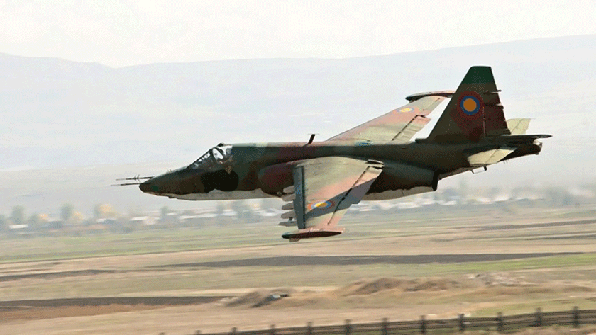 """Su-25K z 121. eskadry szturmowej Sił Powietrznych Armenii podczas przelotu nad macierzystą bazą Giumri. Wkrótce samolot ten (nr seryjny: 25508108073, czechosłowacki i słowacki taktyczny: 8073) otrzyma numer burtowy """"czerwony 85""""."""