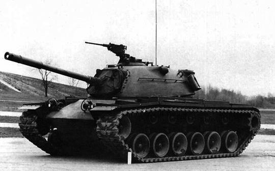Drugi prototyp T48 na poligonie Aberdeen Proving Ground; kwiecień 1952 r. Na lewo od działa widoczna lufa karabinu maszynowego kal. 12,7 mm sprzężonego z armatą kal. 90 mm.
