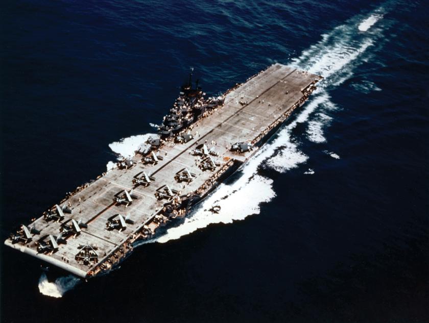 USS Yorktown (CV-10), jeden z lotniskowców TF58. Samoloty ze skrzydłami złożonymi dogóry to bombowce nurkujące SB2C Helldiver; zanimi myśliwce F6F Hellcat.