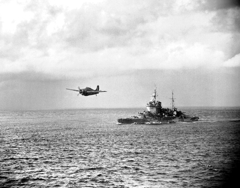 Myśliwiec Grumman Martlet z 888. dywizjonu Fleet Air Arm operujący z lotniskowca HMS Formidalbe przelatuje nad HMS Warspite, najskuteczniejszym pancernikiem XX wieku; maj 1942 r.