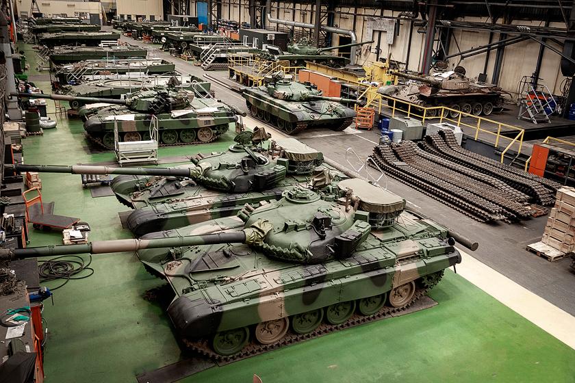 """Wostatnich latach Zakłady Mechaniczne """"BUMAR-ŁABĘDY"""" S.A. koncentrują swą działalność na kompleksowym wsparciu eksploatacji sprzętu Sił Zbrojnych RP. Wśród kluczowych tego typu przedsięwzięć wymienić należy: przywrócenie sprawności imodernizację do standardu Leopard 2PL/PLM1 142 czołgów podstawowych Leopard 2A4; remonty imodyfikację czołgów T-72M/M1 do standardu T-72M1R; remonty główne ikonserwacyjne czołgów podstawowych PT-91; remonty główne ikonserwacyjne wozów zabezpieczenia technicznego WZT-2 iWZT-3M."""