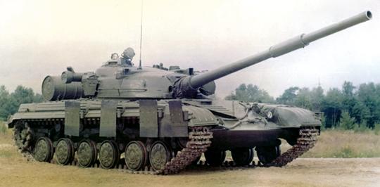 Czołg T-64A wyprodukowany w 1971 r. po częściowej modernizacji (dodatkowe beczki paliwa, podgrzewacz oleju). Fot. arch. Autora