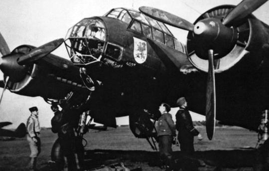 Załoga samolotu bombowego Ju 88 A-5 należącego do LG 1 przygotowuje się do nocnej wyprawy nad Anglię.