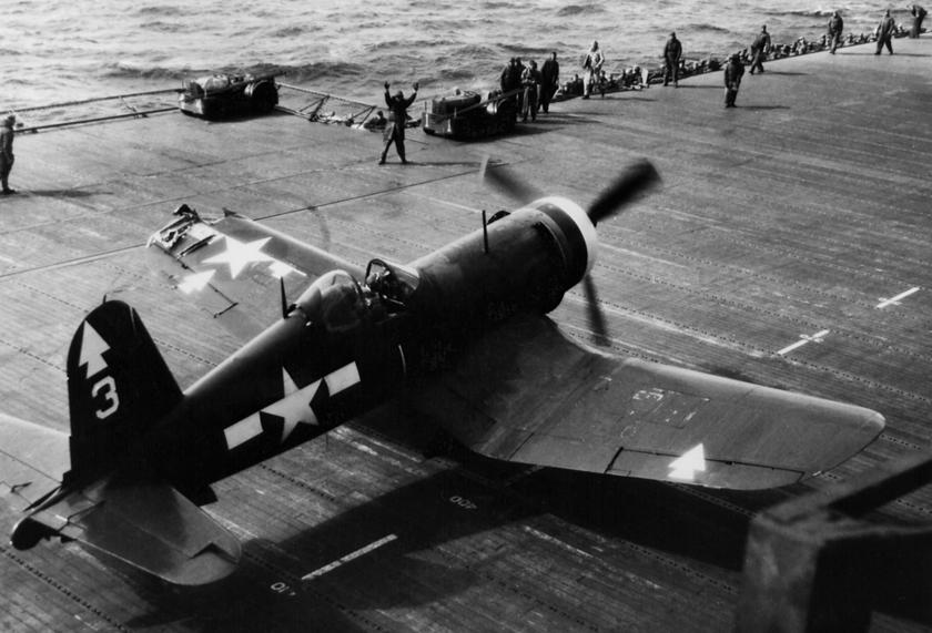 Kapitan Donald Owen z VMF-112 po powrocie na pokład Benningtona z uszkodzoną końcówką lewego skrzydła; luty 1945 r.