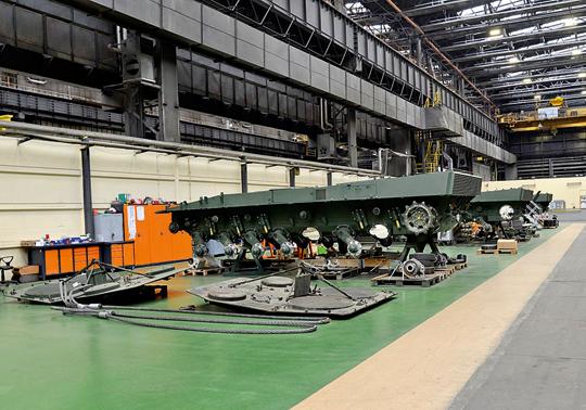 Najszerzej zakrojony program to przywrócenie sprawności imodernizacja 142 czołgów podstawowych Leopard 2A4 do standardu 2PL/PLM1. Na zdjęciu powtórny montaż wyremontowanych podwozi czołgów.