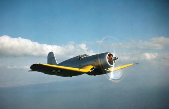 Prototypowy XF4U-1 (BuNo 1443) w locie. Samolot był uzbrojony w dwa karabiny maszynowe kal. 7,62 mm w kadłubie przed kokpitem i dwa wielkokalibrowe karabiny maszynowe kal. 12,7 mm w skrzydłach.
