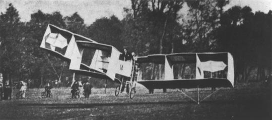 samolot Sanros-Dumont 14 bis, który zdobył pierwszy oficjalny rekord prędkości wynikiem 41,292 km/h na odcinku 82,6 m.