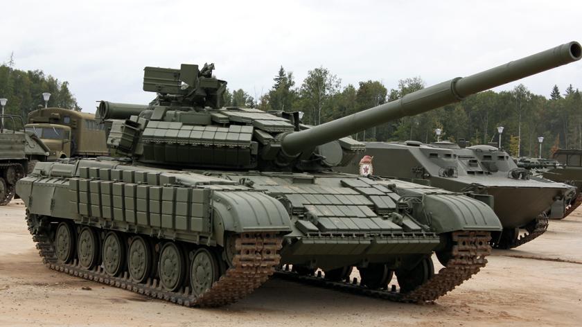 T-64BW z maksymalną liczbą modułów Kontakt. Przeciwlotniczy karabin maszynowy NSW kal.12,7 mm nie jest na nim zamontowany.