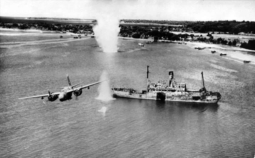 Amerykański Douglas A-20 Havoc w trakcie ataku na japoński statek na wodach Nowej Gwinei. Gen. por. George C. Kenney wprowadził jako zasadę zwalczanie celów morskich z małych i bardzo małych wysokości, co szybko dało dobre wyniki.