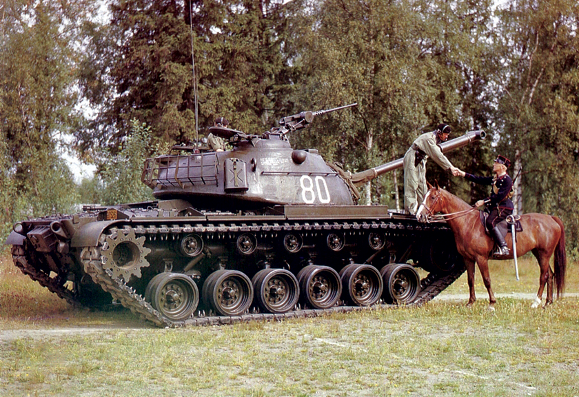 """Czołg M48 wszedł do służby w przełomowym dla US Army momencie. A może i w momencie przełomowym dla losów świata, kiedy zimna wojna wkroczyła w najbardziej """"atomowy"""" okres. Był symbolem swoich czasów. Na zdjęciu: kawaleryjska tradycja była obecna wśród czołgistów, ale czasy zmieniły się bardzo..."""