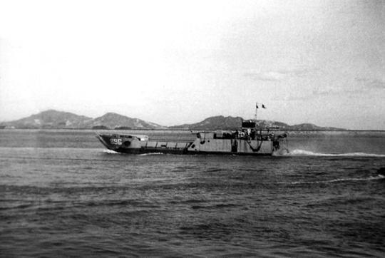 Barka desantowa LCT, która obok innych barek takich jak LCI, LCVP i LCM stanowiła podstawę taboru Task Force 76, które pozwoliły gen. MacArthurowi na prowadzenie manewru wojskami na Nowej Gwinei.