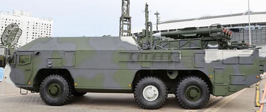 Firma OKB TSP na wystawie MILEX-2021 po raz pierwszy zaprezentowała publicznie samobieżne stanowisko dowodzenia i kierowania ogniem 9S555 MB rakietowego systemu przeciwlotniczego Buk-MB3K. Jego bazą jest specjalne podwozie MZKT-692251 w układzie 6×6.