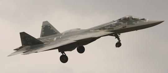 """Su-57/T-50-11 """"511"""" w locie podczas otwarcia tegorocznego salonu MAKS-2021."""